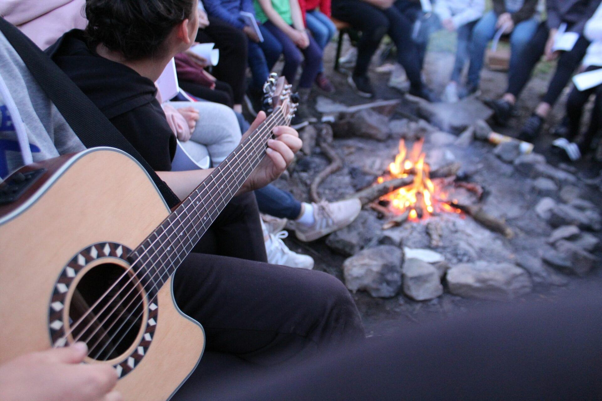 Gitarre am Lagerfeuer