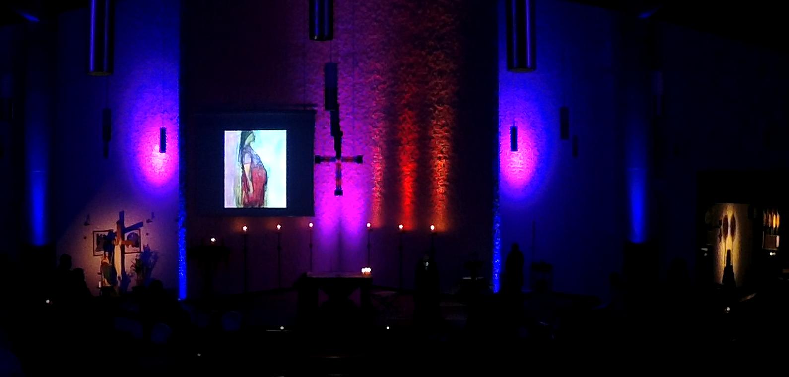 Dunkle Kirche farblich illuminiert